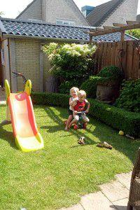 Gastouder Barendrecht de Banjobengeltjes - ook de achtertuin wordt bij mooi weer benut!