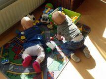 Spelende kinderen op kleed